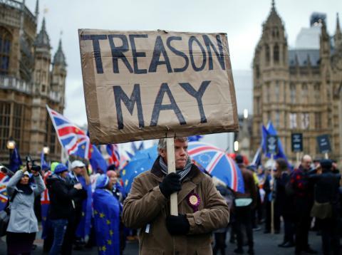 El Brexit de May tumabdo por Parlamento