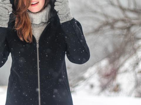 Chica abrigada en la nieve