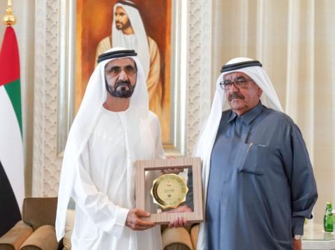 [RE] El director de la Federal Competitiveness and Statistics Authority, Abdulla Nasser Lootah (dcha.) recoge su premio de mano del emir de Dubai y primer ministro de EAU, Sheikh Mohammed bin Rashid al-Maktoum, el 27 de enero de 2019.