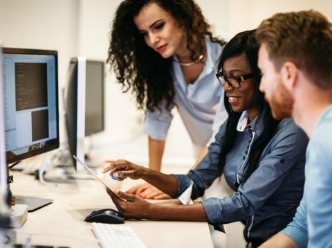 Tres trabajadores ante un ordenador