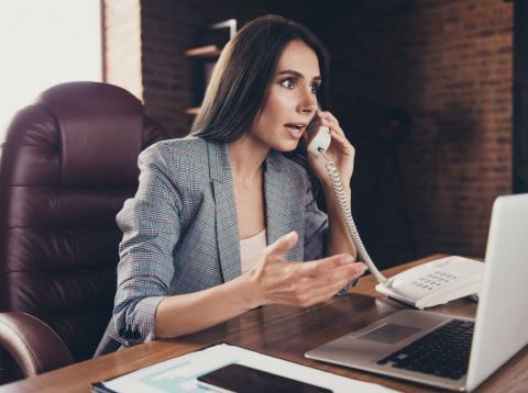 Una directiva hablando por teléfono