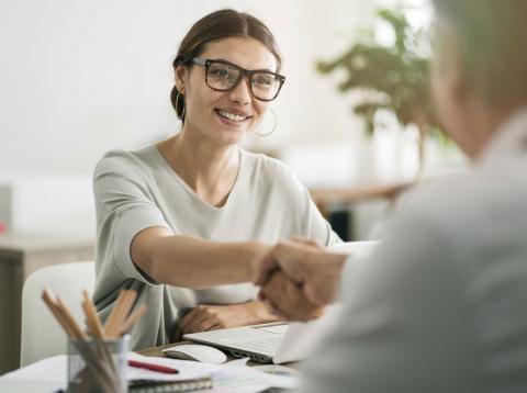 Una mujer en una entrevista de trabajo