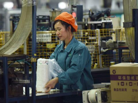Una mujer trabaja en una fábrica en Hangzhou (China).