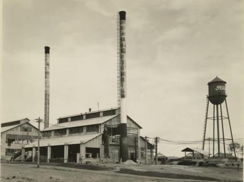 La torre de agua de Fordlandia con el logo de la compañía