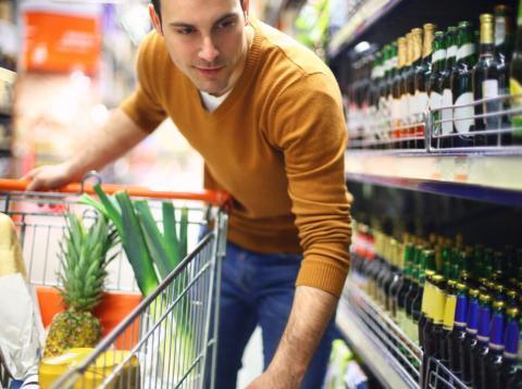Hombre en el supermercado.