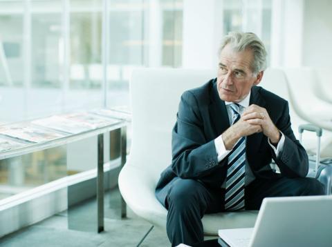 Un hombre de negocios sentado ante el ordenador