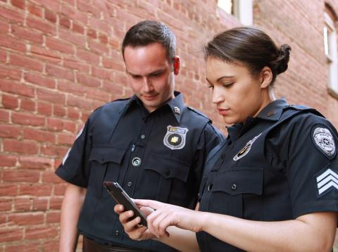 Dos oficiales de la policía