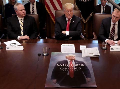 Donald Trump lidera una reunión del Gabinete de la Presidencia, junto con Alex Azar, Secretario de Salud y Servicios Sociales, y David Bernhart, Secretario de Interior y de Defensa.
