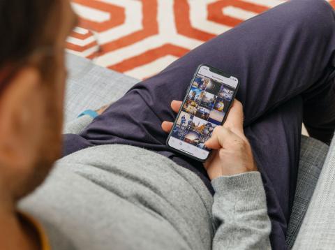 Un hombre mira su app de Instagram en su smartphone