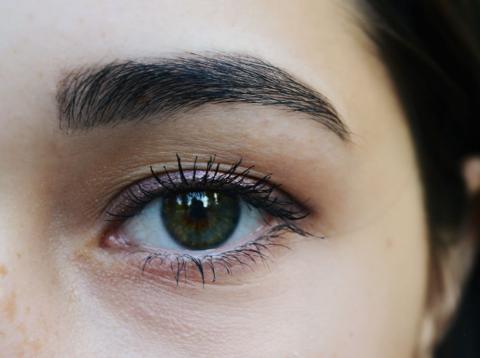 tener los ojos oscuros puede hacerte más sensible al trastono afectivo estacional