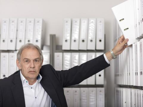 Un funcionario ordena el archivo