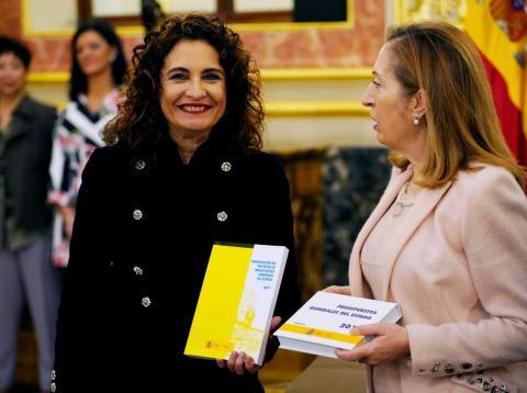 María Jesús Montero presenta los Presupuestos de 2019 a Ana Pastor