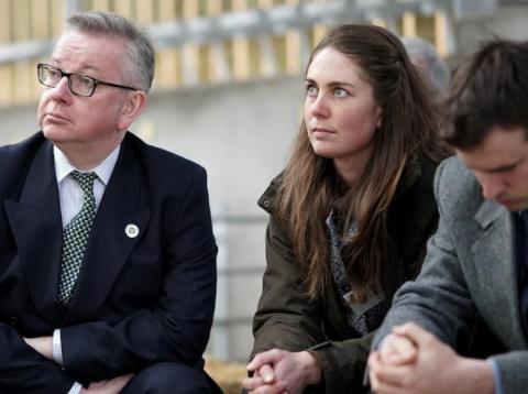El ministro británico de Medio Ambiente, Michael Gove (izquierda)