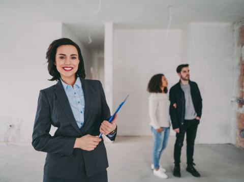 Una pareja visita un piso con una agente inmobiliaria