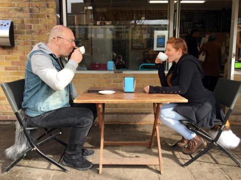 Andrew Shoben, fundador de Tail Company, tomando café con la CEO, Char Shoben.