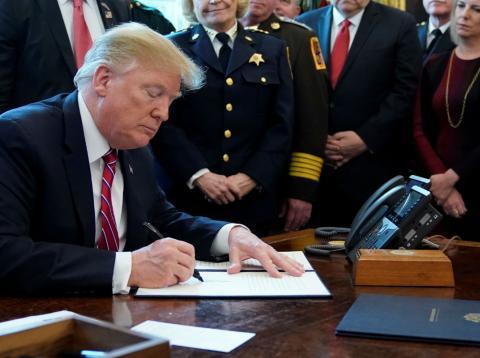 Donald Trump firma el veto al rechazo del Congreso a su ley de emergencia nacional