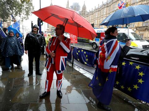 Manifestantes a favor y en contra del Brexit en Londres.
