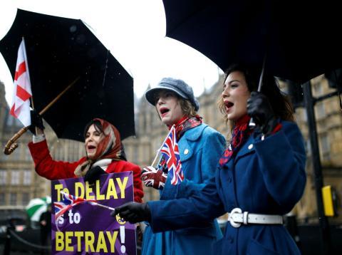Tres mujeres protestan ante la posibilidad de posponer el Brexit