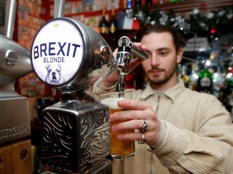 Un camarero sirve una cerveza Brexit