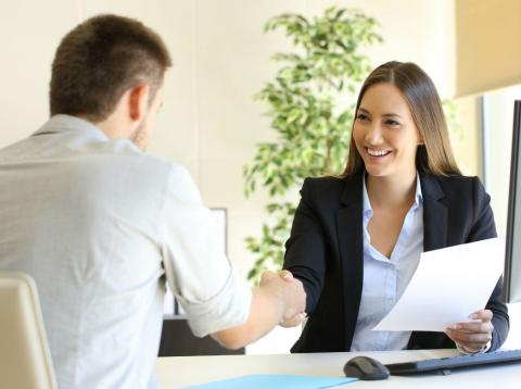Una mujer felicita a un candidato en una entrevista de trabajo