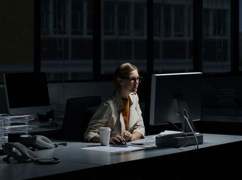 Una mujer trabajando de noche