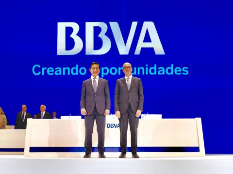 Carlos Torres, presidente de BBVA, y Onur Genç, consejero delegado de BBVA, en la junta de accionistas de la entidad.