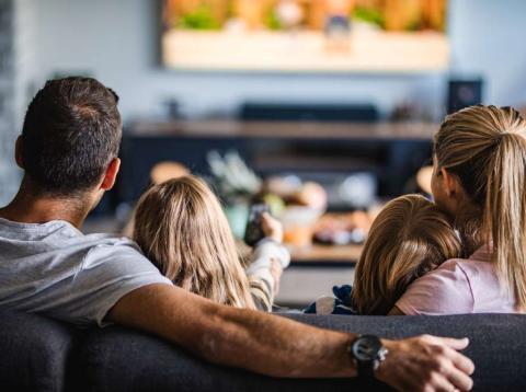 Familia viendo la televisión