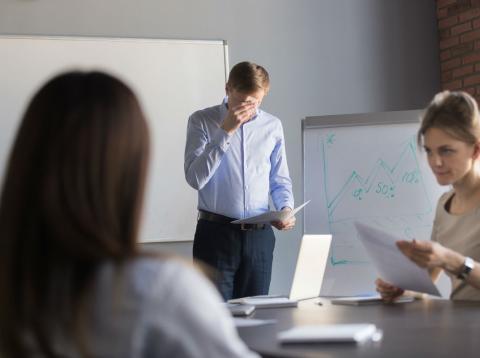 Un hombre sudando durante una presentación