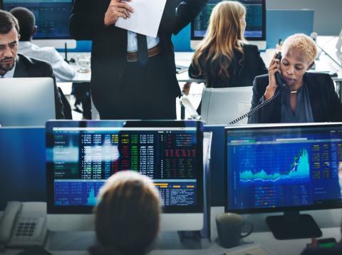 Traders revisan el rendimiento de sus inversiones