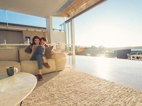 Una pareja de millennials en su mansión de lujo