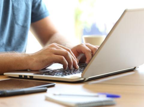 Escribiendo en un ordenador portátil