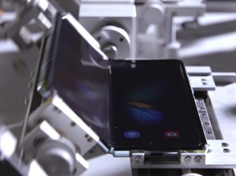 """Samsung dice que el Galaxy Fold es """"duradero"""" para hasta 200.000 pliegues pero parece que las arrugas van a ser inevitables."""