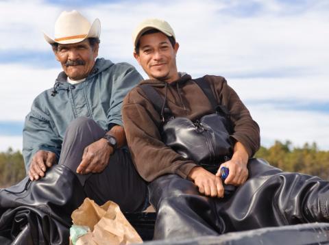 Dos trabajadores inmigrantes centroamericanos en una explotación agrícola