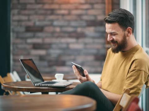 Un trabajador mira sus redes sociales