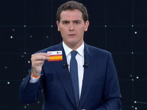Albert Rivera con la tarjeta sanitaria única durante el debate de las Elecciones Generales 2019 de RTVE