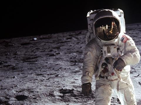 El astronauta Edwin E. Aldrin Jr. camina cerca del Módulo Lunar durante la actividad extraterrestre del Apolo 11. 20 de julio de 1969 en la Luna.