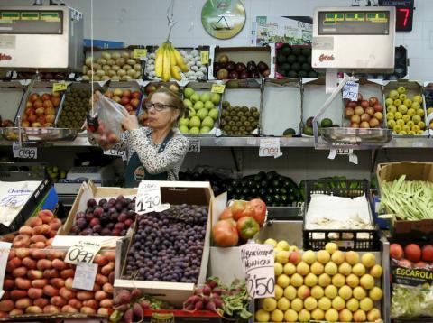 Una autónoma en su frutería del mercado de Barceló en Madrid.