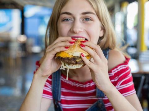Comiendo una hamburguesa
