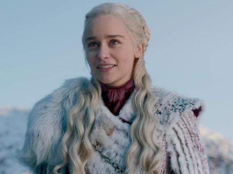 Emilia Clarke como Daenerys Targaryen en el primer episodio de la octava temporada de Juego de Tronos, titulado Invernalia