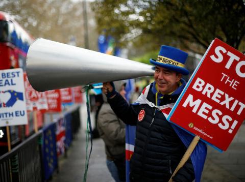 Un hombre protesta en Londres contra un Brexit sin acuerdo.