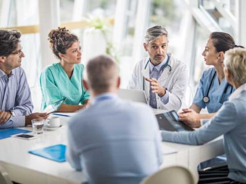 Médicos discutiendo