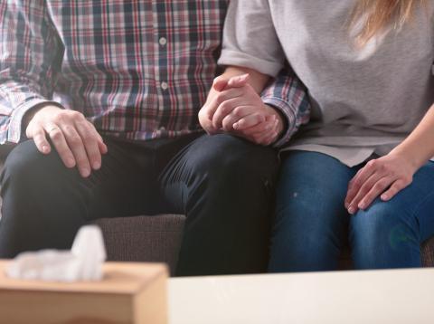 Dos personas cogiéndose la mano