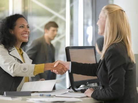 Una mujer atiende a una clienta en un banco