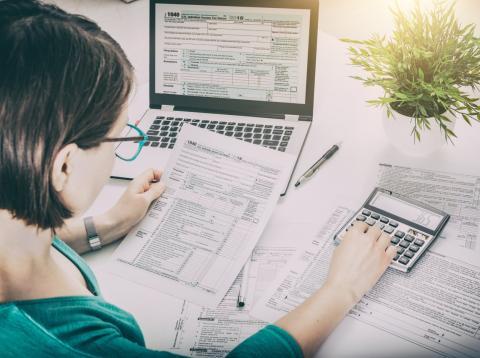 Una mujer calcula su gasto en impuestos