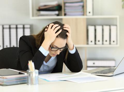 Una mujer estresada en el trabajo