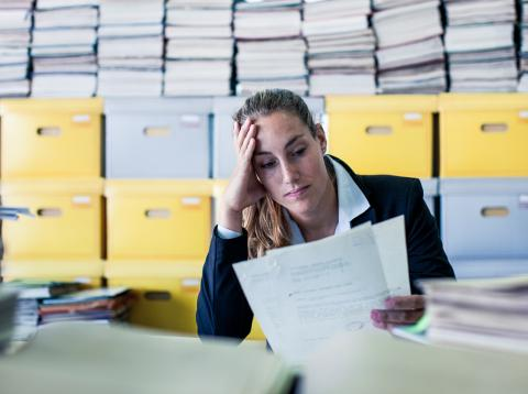 Una mujer trabaja en una oficina