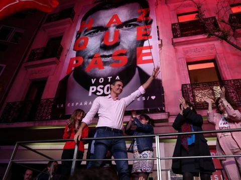 Pedro Sánchez celebra el resultado en Ferraz