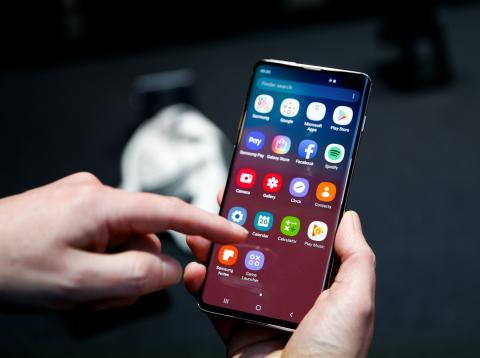 Un usuario probando un smartphone Samsung Galaxy S10.