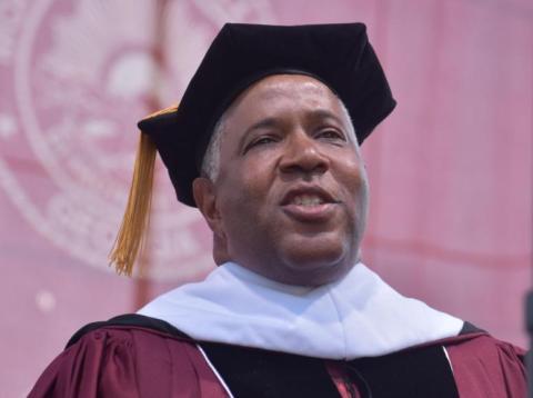 Un multimillonario estadounidense anuncia en una ceremonia de graduación que pagará la deuda estudiantil de 400 universitarios — unos 35 millones de euros.