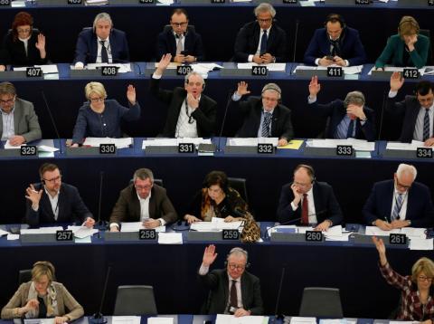 Los eurodiputados votan durante una sesión del Parlamento Europeo